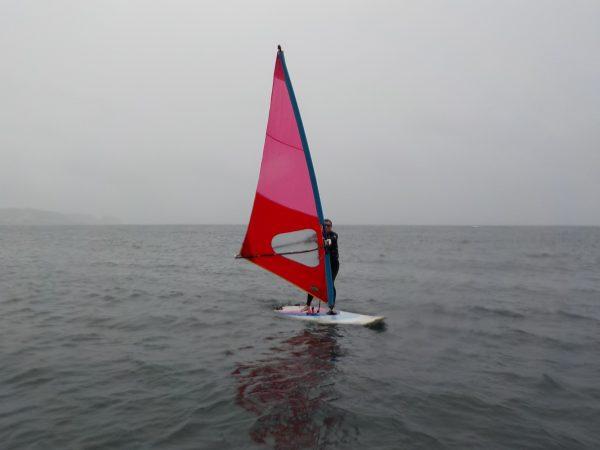 雨のウィンドサーフィンスクール